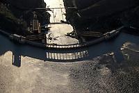 Wasserkraftwerk: AFRIKA, SUEDAFRIKA, 14.12.2007: Staumauer des Gariepdam, Wasserkraft am Orange River, Stromerzeugung, Wasserversorgung, Orange River Projekt, Oranje, Gariep, Afrika, Suedafrika, Orange, Free State, Gariepdam, Wasser, Energie, Wasserkraft, oekologisch, Mauer, Staumauer, Stausee, Wasserversorgung, Strom, Stromerzeugung, Wasserwerk, Stromerzeugung, Stromproduktion, Elektrizitaet, Kraftwerk, Energiewirtschaft, Luftbild, Draufsicht, Luftaufnahme, Luftansicht, Luftblick, Flugaufnahme, Flugbild, Vogelperspektive # aerial photo, aerial photograph, africa, air opinion, artificial lake, birds-eye view, concrete dam, current, current production, eau, ecological, ecologically, electricity, energy, energy industry, environmental, flow, generation of current, gush, mural, orange, plan, power generation, power station, south africa, stream, topview, vigor, vigour, water, water power, water supply, waterpower, waterworks, Aufwind-Luftbilder
