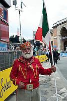 TERAMO: ARRIVO DI TAPPA DEL GIRO D'ITALIA. UN SIMPATICO SPETTATORE VESTITO DA GARIBALDI. FOTO DI LORETO ADAMO