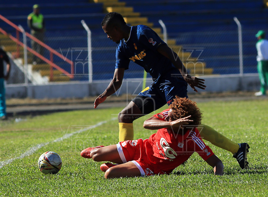 TULUA - COLOMBIA -11-07-2015: Stiven Tapiero  (Der.) jugador de America disputa el balón con Luigi vasquez (Izq.) jugador de Bogota FC durante  partido America y Bogota FC por la fecha 1 del Torneo Aguila II 2015 en el estadio 12 de Octubre de la ciudad de Tulua. / Stiven Tapiero (R) player of America fights for the ball with Luigi vasquez (L) player of Bogota FC during a match between America and Bogota FC for the date 1 of the Torneo Aguila II 2015 at the 12 Octubre stadium in Tulua city. Photo: VizzorImage / Juan C Quintero / Cont.