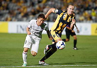 Japan's Sanfrecce Hiroshima Asano Takuma (L) and Central Coast Mariners Zac Anderson during their AFC Champions League match in Gosford, near Sydney, March 11, 2014. VIEWPRESS/Daniel Munoz EDITORIAL USE ONLY