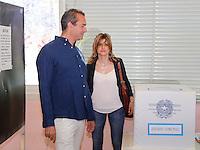 Elezioni 2016 bollataggio per elezione del sindaco di Napoli<br /> Luigi De Magistris al voto in compagnoia della moglia Maria Teresa Dolce
