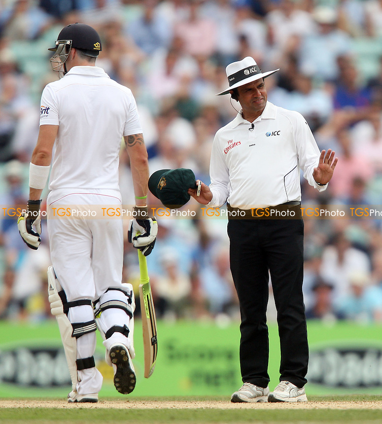 Umpire Aleem Dar tells Pietersen and Clarke to cool it - England vs Australia - 3rd day of the 5th Investec Ashes Test match at The Kia Oval, London - 23/08/13 - MANDATORY CREDIT: Rob Newell/TGSPHOTO - Self billing applies where appropriate - 0845 094 6026 - contact@tgsphoto.co.uk - NO UNPAID USE