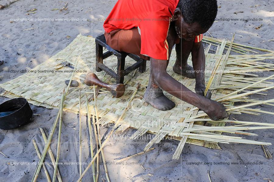 Afrika Sambia Barotseland Mongu, Lozi Dorf Ilundu , Lepra Kranker flechtet Matte / Africa ZAMBIA Barotseland Mongu Lozi village Ilundu , man with leprosy making mat