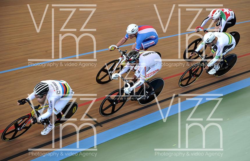 CALI - COLOMBIA - 17-01-2015: Thomas Boudat (Izq.), de Francia, Sebastian Molano (2Izq.) de Colombia,  Ondrej Rybin (3Izq.) de Republica Checa, Sam Welsford (2Der.) de Australia y Gael Suter (Der.) de Suiza en la prueba de Scratch hombres del Omnium en el Velodromo Alcides Nieto Patiño, sede de la III Copa Mundo UCI de Pista de Cali 2014-2015  / Thomas Boudat (L), of Francia, Sebastian Molano (2L) of Colombia,  Ondrej Rybin (3L) of Czech Republic, Sam Welsford (2R) of Australia y Gael Suter (R) of Switzerland during the Scratch Race of the Men´s Omnium at the Alcides Nieto Patiño Velodrome, home of the III Cali Track World Cup 2014-2015 UCI. Photos: VizzorImage / Luis Ramirez / Staff.