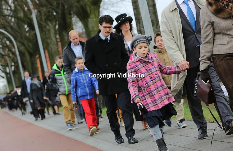 Foto: VidiPhoto<br /> <br /> BARNEVELD - De ruim 2500 leden van de orthodox-protestantse Gereformeerde Gemeenten in Nederland (GGiN), begeven zich woensdag tweemaal naar de kerk voor de jaarlijkse Dankdag voor Gewas en Arbeid, kortweg Dankdag genoemd. De kerk van de GGiN in Barneveld behoort tot de drie grootste protestantse kerkgebouwen van Nederland. Dankdag is een protestants gebruik, waarbij in het najaar midden in de week een speciale kerkdienst wordt belegd om God te danken voor de oogst en het werk. Reformatorische scholen en bedrijven geven hun leerlingen en personeel die dag vaak vrij. Vroeger was het een offici&euml;le vrije dag in Nederland. In de Verenigde Staten en in Canada kent men Thanksgiving Day.