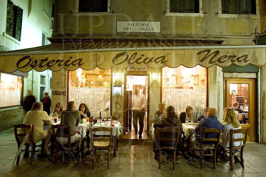 L'esterno dell'Osteria Oliva Nera a Venezia.<br /> Diners at the Osteria Oliva Nera, in Venice.<br /> UPDATE IMAGES PRESS/Riccardo De Luca