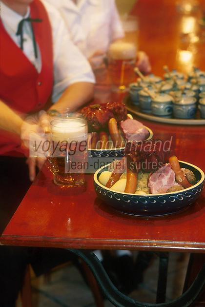 Europe/France/Alsace/68/Haut-Rhin/Ungersheim: Dégustation de Choucroute Alsacienne et de Bière à la brasserie de l'Ecomusée d'Alsace