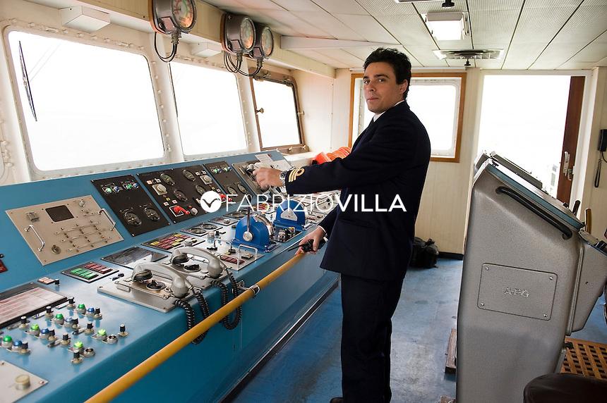 La nave traghetto Scilla della compagnia Bluvia, Ferrovie dello Stato, collega Villa San Giovanni con Messina trasportando passeggeri con auto al seguito e treni. Nella foto la plancia comandi.