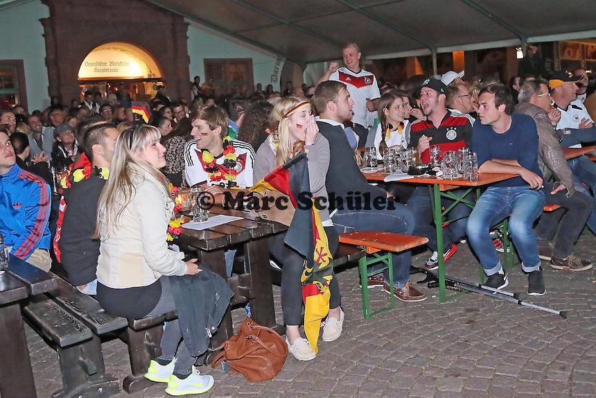 Public Viewing auf dem Marktplatz am Ratskeller, Entsetzen beim Tor für Algerien zum 2:1