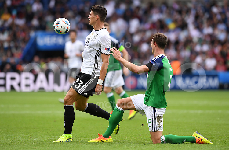 FUSSBALL EURO 2016 GRUPPE C IN PARIS Nordirland - Deutschland     21.06.2016 Mario Gomez (li, Deutschland) gegen Jonny Evans  (re, Nordirland)