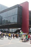 """SÃO PAULO, SP, 12.04.2015 - PROTESTO CONTRA A DILMA - Manifestantes durante o Ato """"Contra a Dilma,Governo e Corrupção"""" na Avenida Paulista. Região centro sul da cidade de São Paulo na tarde desse domingo, 12 . ( Foto: Kevin David / Brazil Photo Press )."""