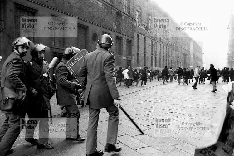 - crashs between young people of the radical groups of left and police in Duomo square (Milan, 1976)....- scontri fra giovani dei gruppi di estrema sinistra e polizia in piazza del Duomo (Milano, 1976)