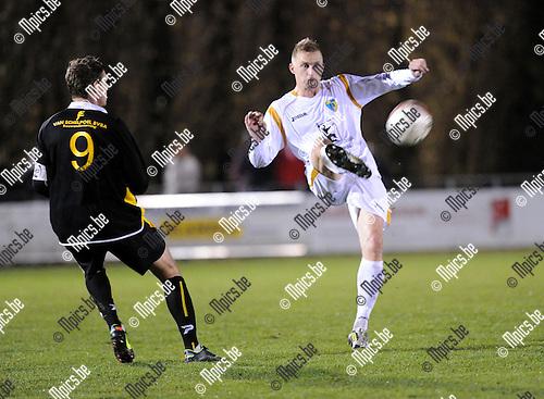 2012-11-10 / Voetbal / seizoen 2012-2013 / KFCO Wilrijk - Lille / Ohnenik (9) met Sven Van der Heyden (Wilrijk)..Foto: Mpics.be