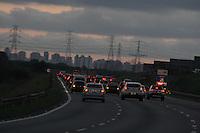 SAO PAULO, SP, 01/05/2012, VOLTA FERIADO DIA DO TRABALHO. A rodovia Ayrton Senna apresenta transito intenso, porem sem pontos de parada na volta do paulistno do feriado do Dia do Trabalho. Luiz Guarnieri/ Brazil Photo Press.
