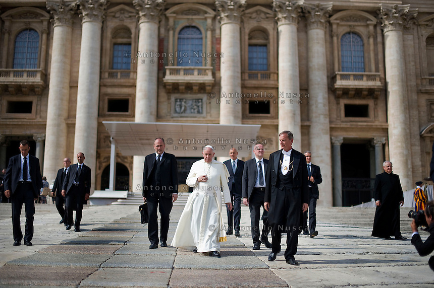 Papa Francesco lascia Piazza San Pietro al termine dell'udienza generale. Pope Francis leave St Peter's square at the end of his weekly general audience.