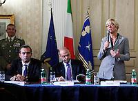 Luigi De Magistris , Angelino Alfano e Roberta Pinotti durante la  firma del protocollo per il passaggio della caserma Bixio alla scuola della Nunziatella