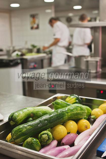 Europe/France/Provence-Alpes-Côte d'Azur/13/Bouches-du-Rhône/Env d'Arles/Le Sambuc: Légumes du potager bio dans la cuisine du  Restaurant Bio: La Chassagnette