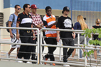 SANTOS, SP, 07 MARÇO 2013 - VELÓRIO CANTOR CHORÃO -O cantor Mano Brown e Dexter deixa o Ginasio apos visitar o  Corpo do vocalista Alexandre Magno Abrão, o Chorão, da banda Charlie Brown Jr., é velado no ginásio esportivo Arena Santos, nesta quinta-feira, 07, na Baixada Santista. Chorão foi encontrado morto na manhã de hoje, em seu apartamento, em São Paulo. (FOTO: ADRIANO LIMA / BRAZIL PHOTO PRESS).