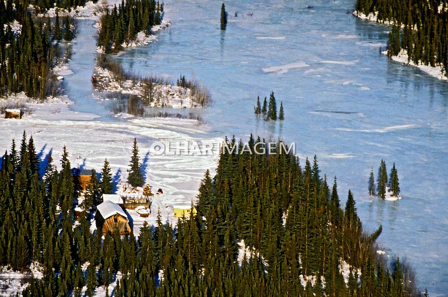 Rio congelado em Brooks Range. Alasca. 2000. Foto de Luciana Whitaker.