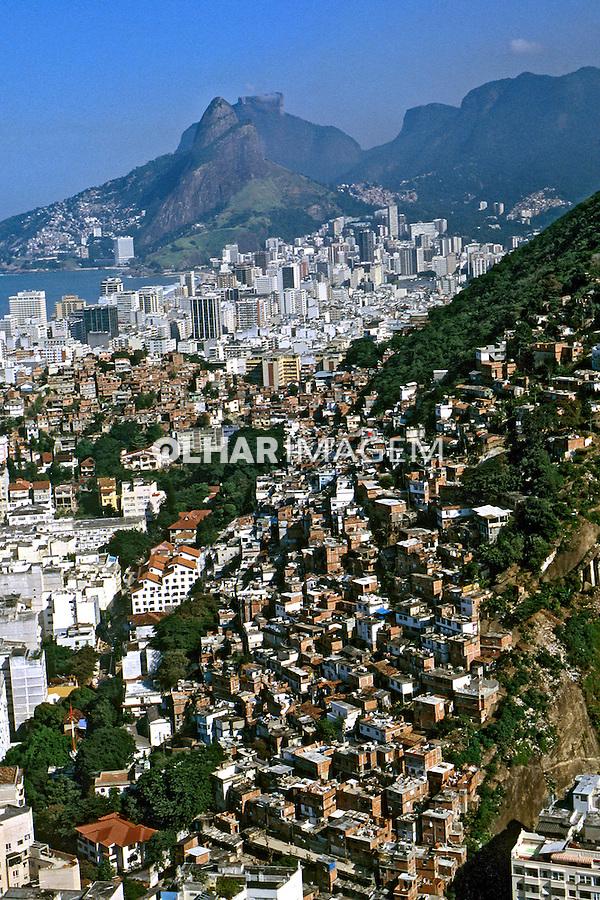 Favela do Pavão e bairro de Ipanema, Rio de Janeiro. 2000. Foto de Ricardo Azoury.