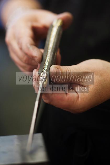 Europe/France/Midi-Pyrénées/12/Aveyron/Aubrac/Laguiole: Fabrication d'un Couteau de Laguiole à la Manufacture de Couteaux:  Forge de Laguiole _Montage d'un Couteau de Laguiole _ Finition