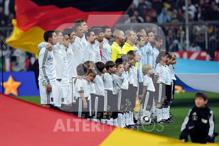 03.03.2010, Allianz Arena Muenchen, Muenchen, GER,  Laenderspiel Deutschland ( GER ) - Argentinien ( ARG ) 0 - 1. Im Bild: Die Teams vor dem Spiel. Foto © nph / Kurth