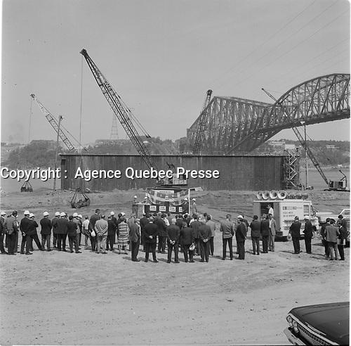 Construction du Pont Frontenac<br /> (devenu le Pont Pierre-Laporte),entre le 7 et le 13 aout 1967  (date exacte inconnue)<br /> <br /> Photo : Agence Quebec Presse
