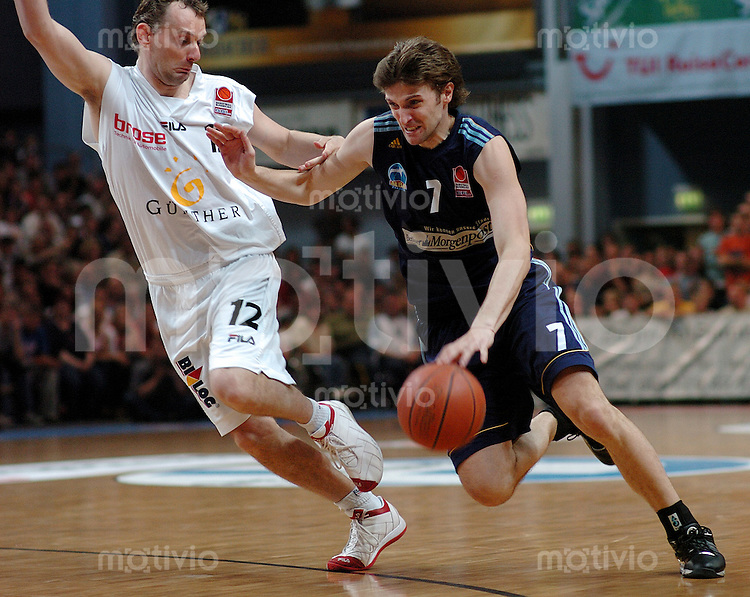 Basketball Herren, BBL 1.Bundesliga 2003/2004, Forum Bamberg (Germany) PlayOff Halbfinale, 2.Spiel, GHP Bamberg - Alba Berlin BBT (82:73) rechts Marko Pesic (Berlin) am Ball gegen links Gert Kullamaee (Bamberg)