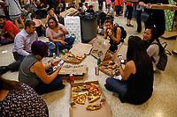 NOVA YORK, EUA, 10.10.2018 - FESTIVAL-PIZZA - Publico é visto aproveitando o festival de pizza vendidas por 1 dolar o pedaço na Igreja de Santo Antonio, o festival reune as tradicionais pizzarias da cidade na Ilha de Manhattan em Nova York nesta quarta-feira, 10. (Foto: Vanessa Carvalho/Brazil Photo Press)