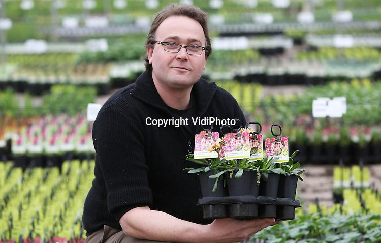 Foto: VidiPhoto..HEYTHUYSEN - Met 20 ha. kassen en teeltgrond en 1500 verschillende soorten planten, behoort Kwekerijen Decker-Jacobs BV in het Limburgerse Heythuysen tot één van de grootste potplantenkwekers van Nederland. Een deel van de productie is bestemd voor de handel een ander deel gaat direct naar de diverse Nederlandse tuincentra. De planten worden opgepakt en afgezet met een rijdende robot die uniek is in Europa. De machine kan 66 kisten met planten tegelijk selecteren en transporteren. Door de langdurige winter lopen de orders zo'n vier weken achter op schema en is de omzet gedaald tot 10 procent van de normale hoeveelheid in deze periode. Normaal gesproken is het nu topdrukte. Foto: Bedrijfsleider Sicco de Boer...