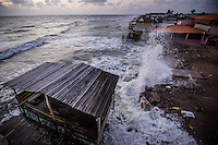 Ondas fortes quebram nas praias de ajuruteua na foz do rio Amazonas.<br /> Bragan&ccedil;a, Par&aacute;, Brasil.<br /> Foto Carlos Borges
