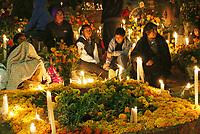 Oaxaca, Oax. Como ya es parte de las tradiciones y costumbres de ese lugar por estas fechas, decenas de habitantes del municipio de Santa Mar&iacute;a Atzompa, se congregaron en el pante&oacute;n de esa localidad para celebrar y convivir con las almas de sus seres queridos que ya se adelantaron en el camino, pero que estos d&iacute;as los vienen a visitar.<br /> <br /> Es as&iacute; como a ritmo de m&uacute;sica de banda, entre nostalgia, comida y bebida, los pobladores festejan la llegada de &quot;sus muertos&quot;, quienes seg&uacute;n la creencia de esa comunidad, arriban desde la noche del 31 de octubre, y conviven con ellos la madrugada del 1 de noviembre hasta el amanecer.<br /> <br /> Dicho evento se denomina &quot;Alumbrada&quot;, ya que las decenas de tumbas hechas de tierra (la mayor&iacute;a no cuentan con lapidas de cemento o m&aacute;rmol) son adornadas con flores de Cresta de Gallo &oacute; Borla, y Cempas&uacute;chil, aromatizadas con copal e iluminadas con veladoras y velas, lo que transforma este lugar en una zona llena de misticismo.