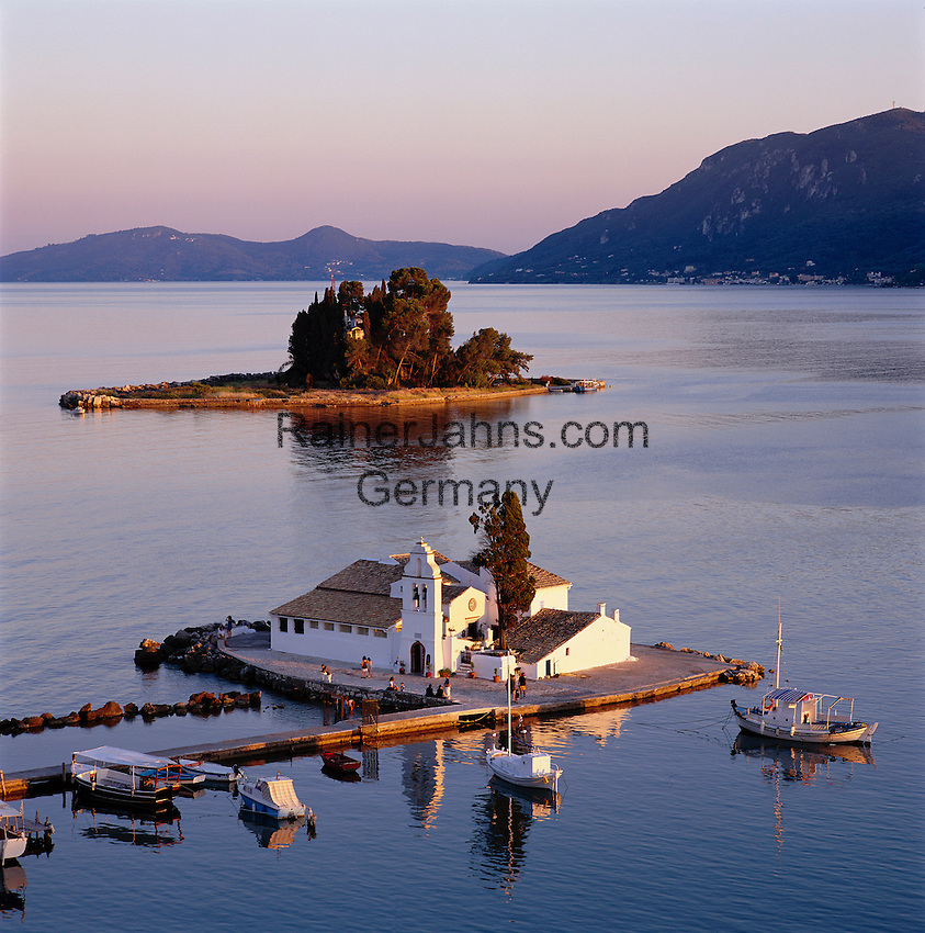 Greece, Corfu, Kanoni: View over the islands of Vlacherna and Pontikonisi with the Convent of the Virgin Mary at sunset | Griechenland, Korfu, Kanoni: Klosterinseln Vlacherna und dahinter die Maeuseinsel mit Kloster Pontikonissi bei Sonnenuntergang
