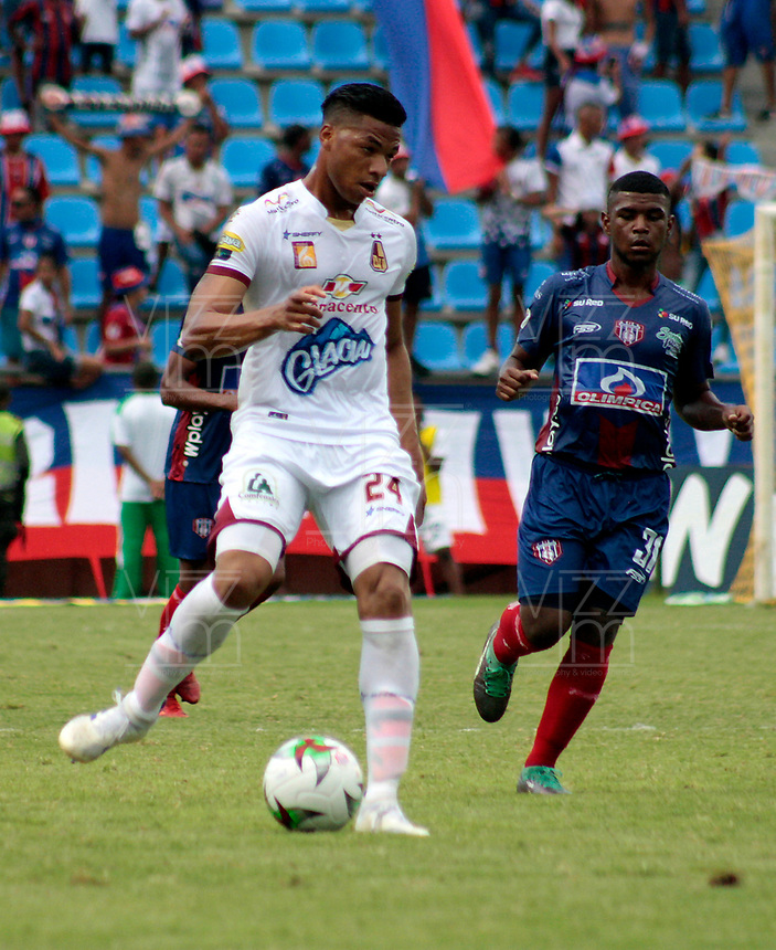 SANTA MARTA-COLOMBIA, 14-09-2019: Roberto Hinojosa de Unión Magdalena y Carlos Robles de Deportes Tolima disputan el balón, durante partido entre Unión Magdalena y Deportes Tolima, de la fecha 11 por la Liga Águila II 2019, jugado en el estadio Sierra Nevada de la ciudad de Santa Marta. / Roberto Hinojosa of Union Magdalena and Carlos Robles of Deportes Tolima battle for the ball, during a match between Union Magdalena and Deportes Tolima, of the 11th date for the Aguila Leguaje II 2019 played at the Sierra Nevada Stadium in Santa Marta city. Photo: VizzorImage / Gustavo Pacheco / Cont.