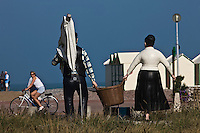 Europe/France/Picardie/80/Somme/Baie de Somme/Cayeux-sur-Mer: Sation balnéaire populaire avec sa plage de galets et ses 400 cabines de plage- Satue représentant les ramasseurs de galets