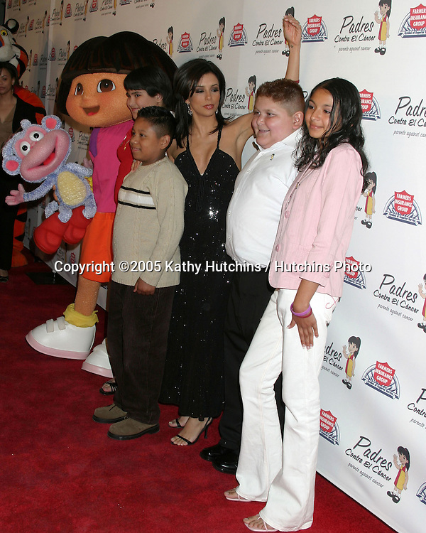 Eva Longoria and latino kids w/ cancer.Padres Contra El Cancer 20th Anniversary Gala.Skirball Cultral Center.Los Angeles, CA.March 31, 2005.©2005 Kathy Hutchins / Hutchins Photo...