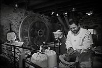 Europe/France/Bretagne/29/Finistère/Cap Sizun/Beuzec-Cap-Sizun: Olivier Bellin de l'Auberge des Glazicks à Plomodiern choisit ses farines de blé noir et sarrazin au Moulin de Kériolet. Ce moulin a eau se trouve dans le vallon du Kériolet dans la zone protégée de la pointe du Millier [Non destiné à un usage publicitaire - Not intended for an advertising use]
