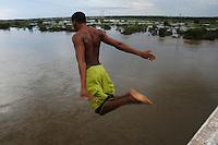 Enchente em Marabá.<br /> Homem e crianças, saltam de cima da ponte sobre o rio Itacaiunas afluente do Tocantins, a ponte com cerca de 25mts de altura recebe a visita de dezenas de crianças e adolescentes que arriscam suas vidas durante as cheias do rio Tocantins. <br /> De acordo dados do corpo de bombeiros, 2460 famÌlias já  foram atingidas durante as enchentes.Dezessete abrigos foram espalhados pela cidade. A cheia, que atingiu a cota  12,4 mts começa a dar sinais de diminuir.Marabá, Pará, Brasil<br /> Foto Paulo Santos15/04/2006Foto Paulo Santos/Interfoto