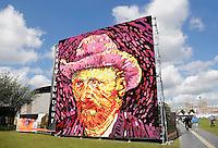 Nederland Amsterdam 2015 07 30 . Ter ere van de honderdvijfentwintigste sterfdag van Vincent van Gogh wordt  in Amsterdam een van de beroemde zelfportretten van de kunstenaar nagemaakt met dahlia's door leden van de Zundertse corsobouwers. Op het Museumplein werd dinsdag begonnen met het opbouwen van het kunstwerk. Dat bestaat uit een tableau van acht bij acht meter en bevat ongeveer 50.000 dahlia's. Zundert was de geboorteplaats van van Gogh