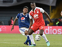 BOGOTA - COLOMBIA, 20-01-2019: Baldomero Perlaza (Der) jugador de Independiente Santa Fe disputa el balón con Cesar Carrillo (Izq) jugador del Millonarios durante partido por la final del Torneo Fox Sports 2019 jugado en el estadio Nemesio Camacho El Campin de la ciudad de Bogotá. / Baldomero Perlaza (R) player of Independiente Santa Fe fights for the ball with Cesar Carrillo (L) player of Millonarios during final match of the Fox Sports Tournament 2019 played at Nemesio Camacho El Campin Stadium in Bogota city. Photo: VizzorImage / Gabriel Aponte / Staff.
