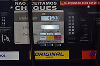 SÃO PAULO,SP - 06.06.2017 - IMPOSTO-SP - Posto de Gasolina, localizado na Av Sumaré, zona oeste de São Paulo, faz protesto contra altos impostos, e vende gasolina comum ao valor de R$ 1,484, na manha desta quarta-feira, 06. Os consumidores só podem pagar em espécie e limitado a 30 litros cada carro. (Foto: Eduardo Carmim/Brazil Photo Press)