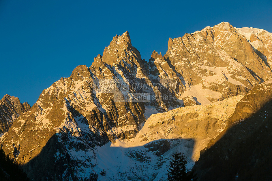Italie, Val d'Aoste, Courmayeur, le versant italien du Mont Blanc, depuis le Val Ferret à l'aube //Italie, Aosta Valley, Courmayeur, Italian side of Mont Blanc, from the Val Ferret at dawn