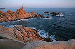 Descente des côtes corses depuis Ajaccio jusqu'à Bonifacio. Raid de 10 jours en kayak  de mer en bivouaquant sur les plages.Rochers de Capu di Muru. Corse (côte ouest). France..