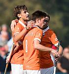 BLOEMENDAAL  - Florian Fuchs (Bldaal) met Thierry Brinkman (Bldaal) na een doelpunt.   Hoofdklasse competitie dames, Bloemendaal-Laren (1-5) FOTO KOEN SUYK