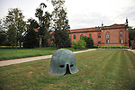 Nel parco della Reggia di Racconigi esposizione di Scultura internazionale, e serate di spettacoli organizzati dal Teatro Regio. Scultura di Mimmo Paladino.