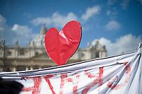 Città del Vaticano, 24 Febbraio, 2013. Un grande cuore rosso viene innalzato in Piazza San Pietro durante l'ultimo Angelus che Papa Benedetto ha dato prima delle sue dimissioni previste per Giovedì 28 Febbraio.