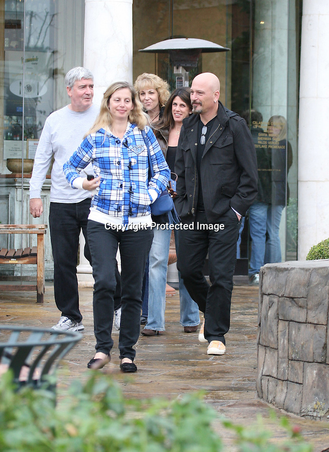 1-23-09.EXCLUSIVE.Howie Mandel LEAVING THE MARMALADE CAFÉ WITH FRIENDS AND FAMILY IN CALABASAS CALIFORNIA. HOWIE SAID HE WAS FEELING GREAT AND HASN'T HAD ANY MORE PROBLEMS WITH HIS HEART....WWW.ABILITYFILMS.COM.805-427-3519.ABILITYFILMS@YAHOO.COM
