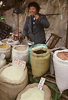 Asie/Chine/Jiangsu/Env Nankin: Marché libre la rue Shan-Xi - Marchande de céréales et légumes secs<br /> PHOTO D'ARCHIVES // ARCHIVAL IMAGES<br /> CHINE 1990
