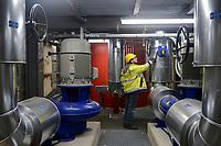 GERMANY, Hamburg, Vattenfall power to heat unit to generate heat from power from wind energy for warmth supply to the public warmth network / DEUTSCHLAND, Hamburg, Power to Heat Anlage im Karolinenviertel von Vattenfall, überschüssiger Windstrom kann in Wärme zum Heizen umgewandelt werden und in das Fernwärmenetz eingespeist werden, Elektrodenheizkessel (rot)