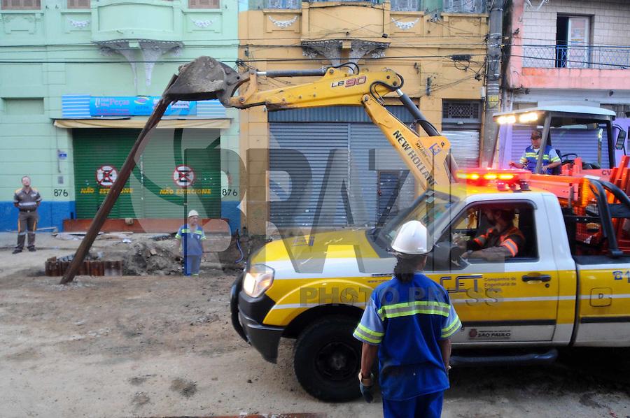 SAO PAULO, SP, 01 DE FEVEREIRO DE 2012Rua Sao Caetano continua interditada devido ao rompimento de uma adutora.(FOTO: ADRIANO LIMA - NEWS FREE)